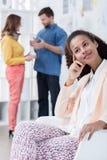 Afroamerican bizneswoman odpoczywa w biurze Fotografia Stock