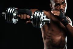 Afroamerican boksera szkolenie z dumbbells Zdjęcie Stock