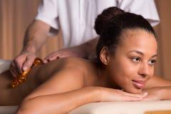 Afroamerican kobieta ma tylnego masaż Zdjęcie Stock