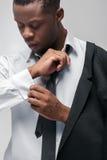 Afroamerican moda modela mężczyzna w galanteryjnym kostiumu Zdjęcie Stock
