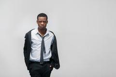 Afroamerican moda modela mężczyzna w galanteryjnym kostiumu Obrazy Stock