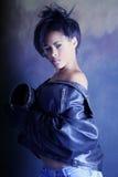 Afroamericano adolescente, alta manera tirada de la muchacha negra que desgasta una chaqueta de cuero Foto de archivo libre de regalías