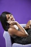 Afroamericano adolescente en el teléfono celular Imagenes de archivo