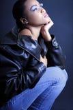 Afroamericano adolescente que comtempla y que se arrodilla Fotos de archivo libres de regalías