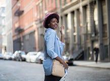 Afroamericano alla moda, sorridente ed ondeggiante arrivederci Fotografie Stock
