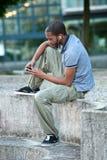 Afroamericano che ascolta il MP3 Fotografie Stock Libere da Diritti