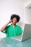 Afroamericano che comunica con la sorpresa Fotografia Stock Libera da Diritti