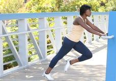 afroamericano che esercita allungamento della femmina Fotografie Stock