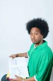 Afroamericano che studia con il manuale Immagine Stock Libera da Diritti