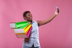 Afroamericano de Selfie en un fondo rosado Foto de archivo libre de regalías