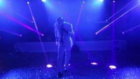 Afroamericano en un baile blanco del traje metrajes