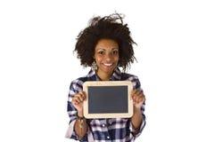 Afroamericano femenino con la pizarra en blanco Fotos de archivo