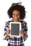 Afroamericano femenino con la pizarra en blanco Fotos de archivo libres de regalías
