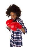 Afroamericano femenino con los guantes de boxeo rojos Foto de archivo