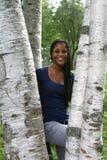 Afroamericano grazioso teenager fra gli alberi di betulla fotografia stock libera da diritti