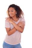 Afroamericano joven feliz aislado en el fondo blanco - Blac Foto de archivo libre de regalías