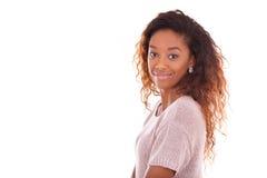Afroamericano joven feliz aislado en el fondo blanco - Blac Fotos de archivo