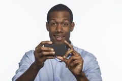 Afroamericano joven que toma una imagen con el smartphone, horizontal Imagen de archivo libre de regalías