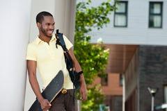 Afroamericano sorridente con il pattino Fotografia Stock Libera da Diritti