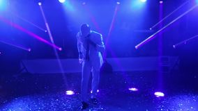 Afroamericano in un dancing bianco del vestito stock footage