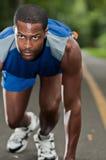 Afroamerikaner-Athlet Running On ein bewaldeter Weg Lizenzfreies Stockfoto