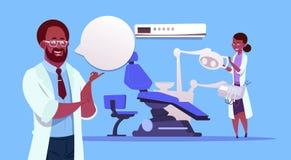 Afroamerikaner behandelt Team Over Dental Office Equipment-Zahnarzt-Hospital Or Clinic-Konzept Lizenzfreie Stockfotos