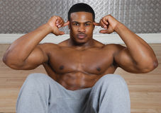 Afroamerikaner, den das Handeln sitzt, ups und knirscht Stockfoto