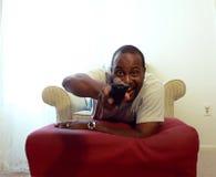 Afroamerikaner, der 2 fernsieht lizenzfreie stockbilder