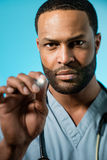 Afroamerikaner-Doktor Performing An Examination Stockfotografie