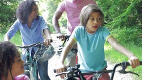 Afroamerikaner-Familie auf Zyklus-Fahrt in der Landschaft stock footage