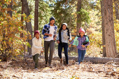 Afroamerikaner-Familie, die durch Fall-Waldland geht Lizenzfreies Stockbild