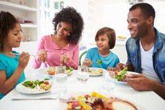 Afroamerikaner-Familie, die zu Hause Mahlzeit zusammen isst lizenzfreie stockfotos