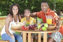 Afroamerikaner-Familien-gesundes draußen essen Stockfoto