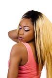 Afroamerikaner-Frau, die blonde Perücken-Rückseite steht Lizenzfreie Stockbilder