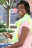 Afroamerikaner-Frau, die draußen Musik hört Lizenzfreies Stockbild