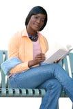 Afroamerikaner-Frau, die ein Buch, auf Weiß liest Stockbild