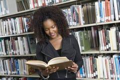 Afroamerikaner-Frau, die ein Buch liest stockbilder