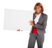 Afroamerikaner-Frau, die ein leeres weißes Zeichen anhält Stockfotos