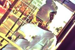 Afroamerikaner-Frau, die heraus von der Bushaltestelle schaut Stockbild