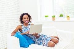 Afroamerikaner-Frau, die Laptop verwendet Stockbilder