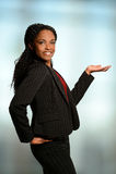 Afroamerikaner-Frau, die mit Palme oben sich darstellt Stockbild