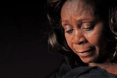 Afroamerikaner-Frau, die unten schaut Lizenzfreie Stockfotos
