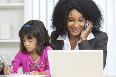 Afroamerikaner-Frauen-Geschäftsfrau-Handy-Kind Lizenzfreies Stockfoto