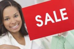 Afroamerikaner-Frauen-Holding-Verkaufs-Zeichen Lizenzfreie Stockbilder