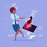 Afroamerikaner-Geschäftsfrau, die das Problem arbeitet mit defektem Computer hat stock abbildung