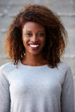 Afroamerikaner-Geschäftsfrau-Standing Against Office-Wand Lizenzfreie Stockfotos