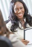 Afroamerikaner-Geschäftsfrau-Tablette-Computer stockbilder