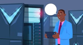 Afroamerikaner-Geschäftsmann, der an Digital-Tablet in der modernen Datenbank-Mitte oder im Server-Raum-Geschäftsmann-Ingenieur a lizenzfreie abbildung