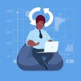 Afroamerikaner-Geschäftsmann-Gebrauchs-Laptop-Computer, die Kommunikation des Software-Anwendungs-Medien-Sozialen Netzes aktualis Stockfoto