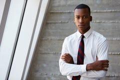 Afroamerikaner-Geschäftsmann Standing Against Wall Lizenzfreie Stockbilder